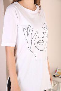 Yanlardan Yırtmaçlı Baskılı T-shirt