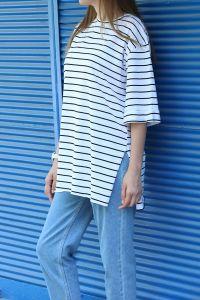Doğal Kumaş Yandan Yırtmaçlı Çizgili T-shirt
