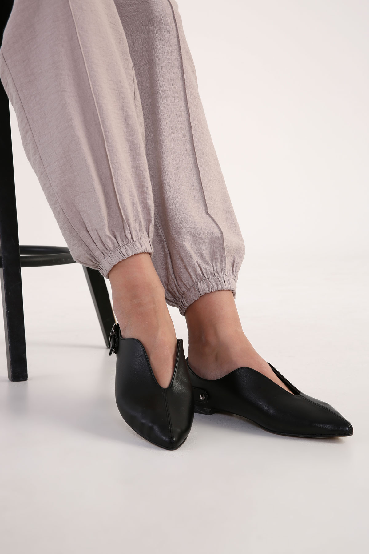 Front Detailed POint Toe Flats