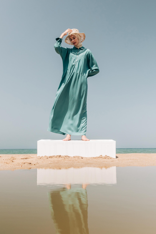 Yakası Fermuarlı Kemerli Viskon Elbise