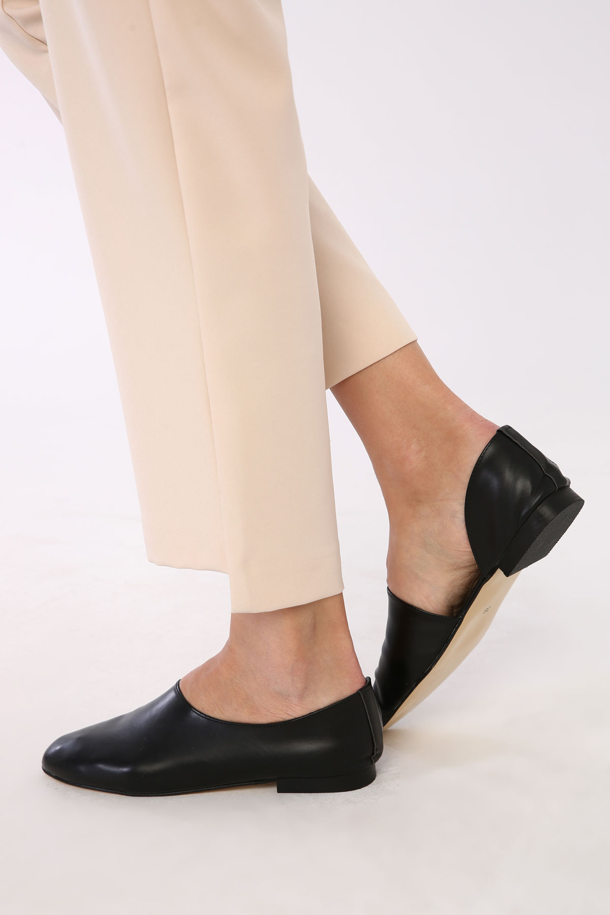 Side Detailed Round Toe Flat Shoes